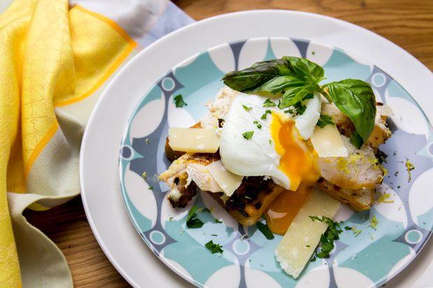 Сніданок у ліжко на 14 лютого: тости з куркою та яйцем пашот