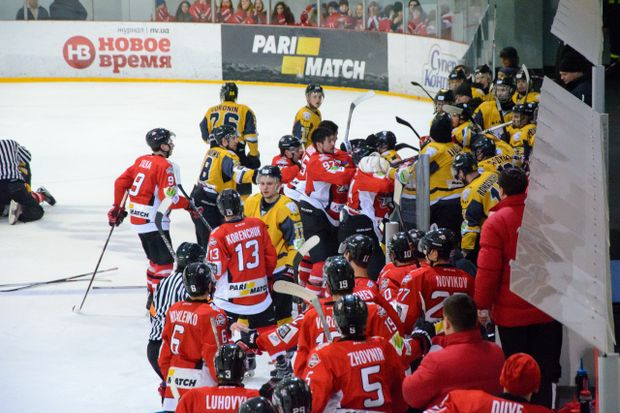 Українські хокеїсти влаштували масову бійку під час гри