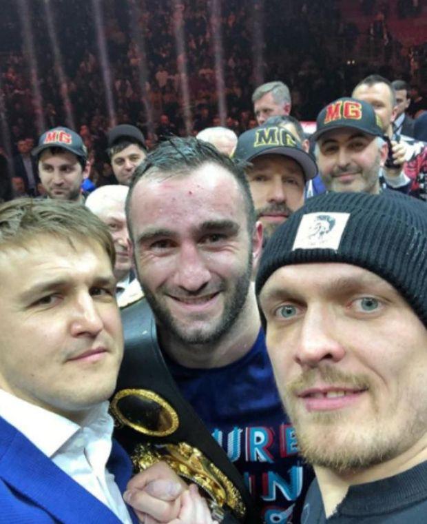 Олександр Усик зробив селфі з майбутнім суперником росіянином Муратом Гассієвим