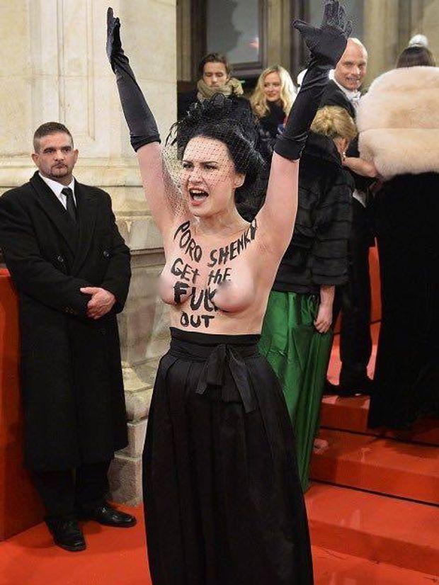 Активістка Femen роздяглася для Порошенка на Віденському балу