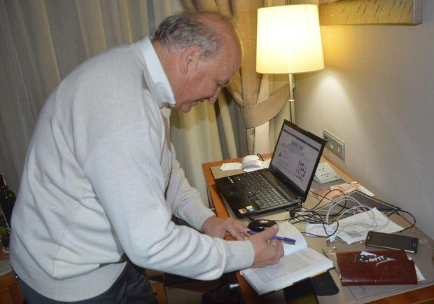 Олександр Білявський ставить автограф на своїй книзі