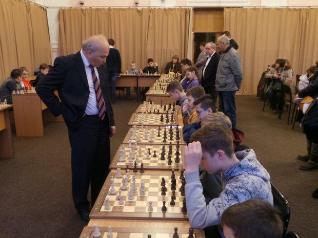 Олександр Білявський дає сеанс одночасної гри у Києві