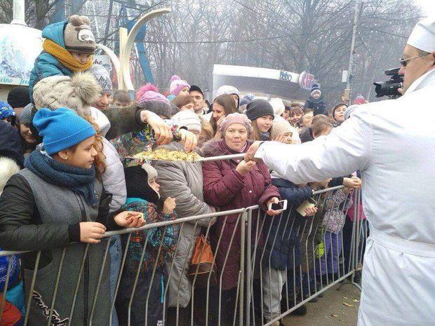 У Росії годували людей млинцями з лопати