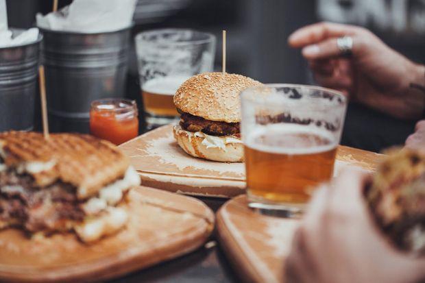 Шкідливі поєднання продуктів: бургери і пиво
