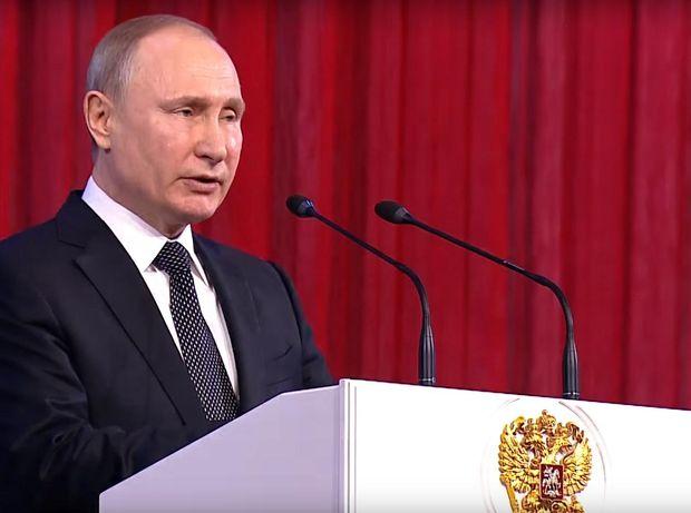 З нагоди 23 лютого хворий президент Росії Володимир Путін відвідав державний Кремлівський палац
