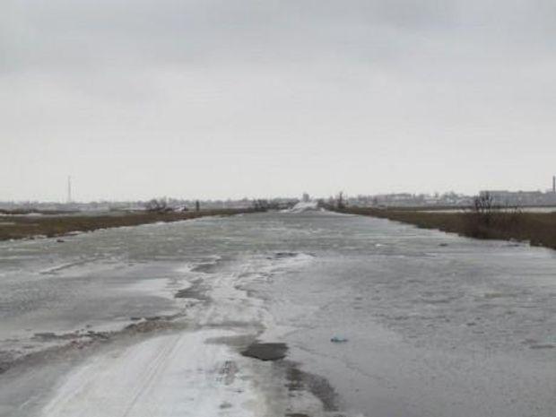 Через сильні пориви вітру Азовське море затопило дорогу на Херсонщині