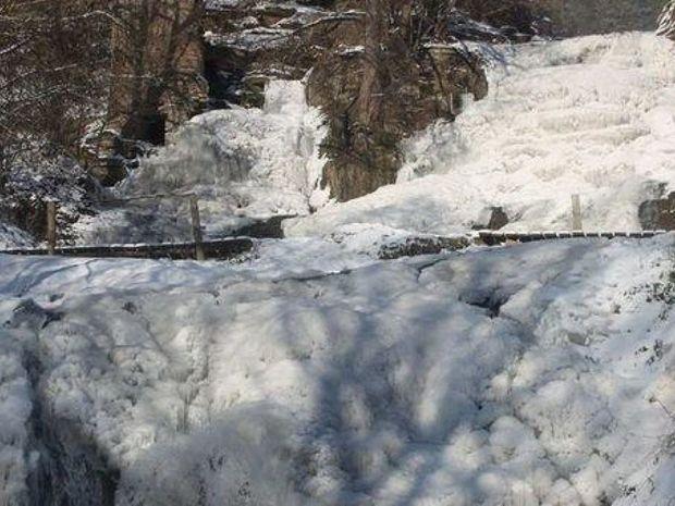 Замерз Джуринський водоспад