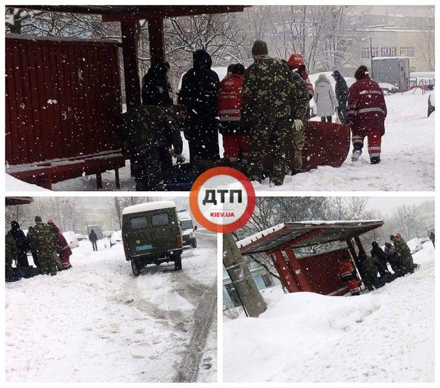 Двоє чоловіків трагічно загинули поблизу зупинки у Києві