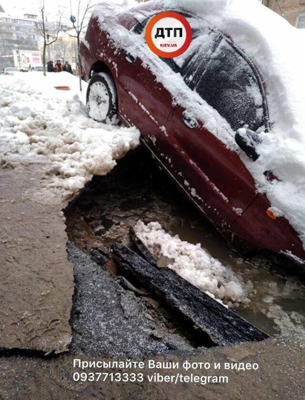Авто наполовину провалилося під асфальт у Києві