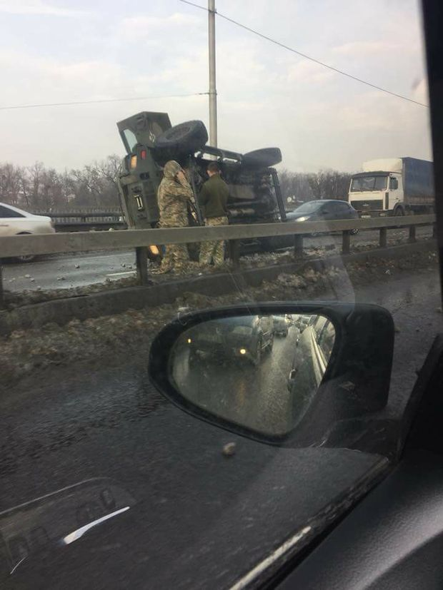 На мості у Києві перевернулась військова бронемашина