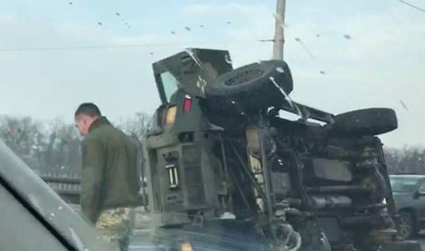 УКиєві намосту перекинувся бронеавтомобіль КрАЗ
