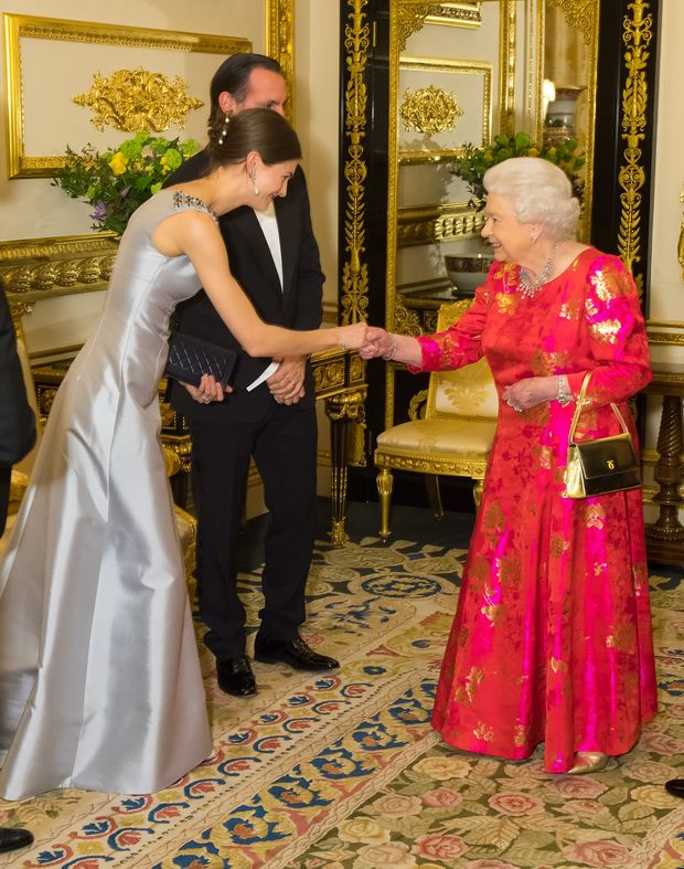 Королева Єлизавета ІІ здивувала яскравою вечірньою сукнею: фото