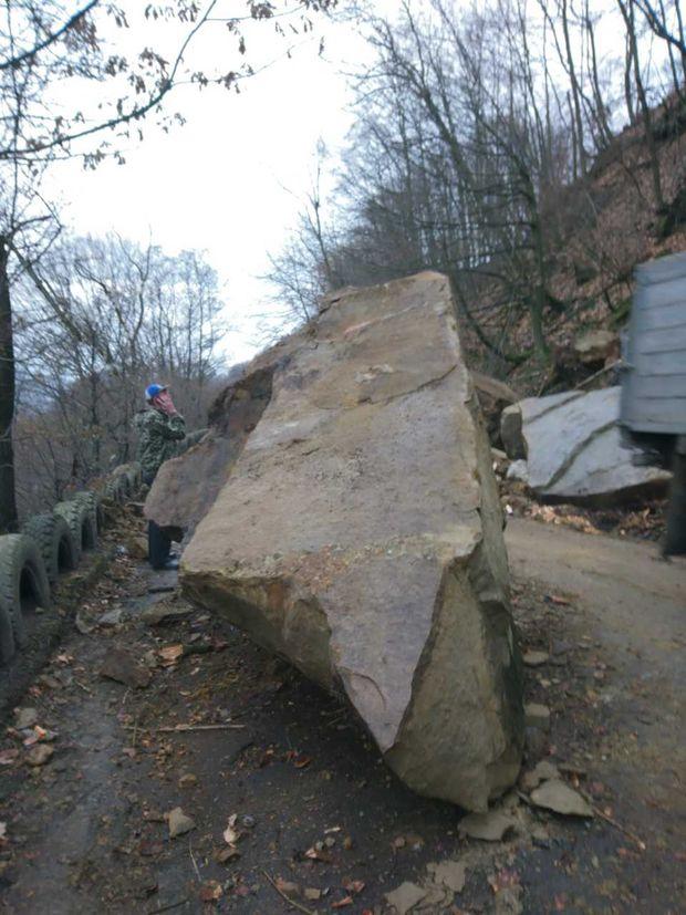 На Закарпатті через сходження селевого потоку дорогу завалило великими брилами