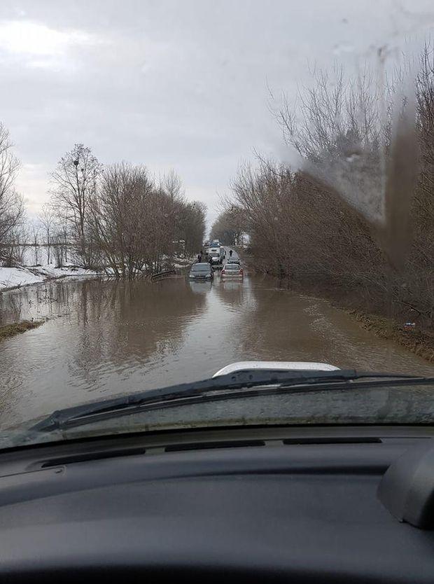 Біля села Крюківщина серйозно затопило дорогу