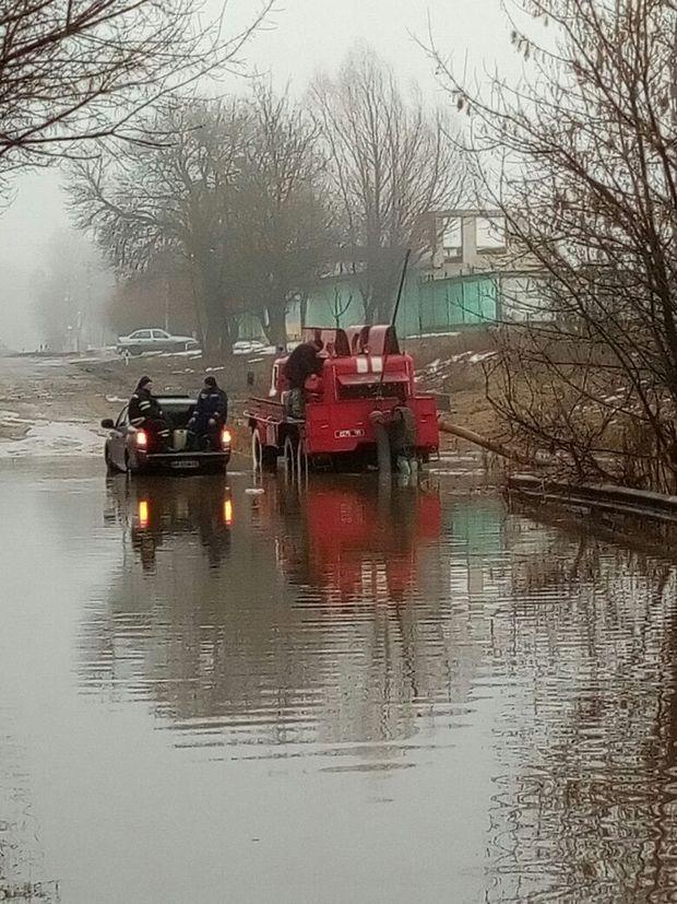 Під Києвом дорога перетворилась на справжнє озеро