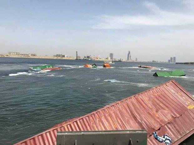 Два величезних кораблі зіткнулися у Пакистані і розсипали контейнери