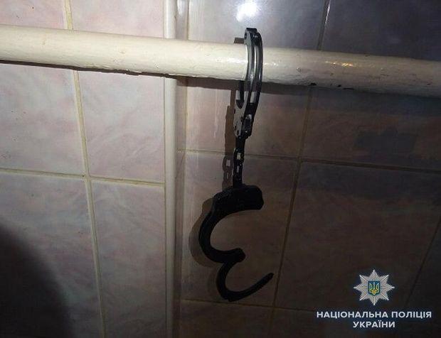 У Києві чоловік наручниками прикував свого квартиранта
