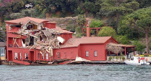 Танкер врізався в історичну будівлю на березі Босфору у Стамбулі