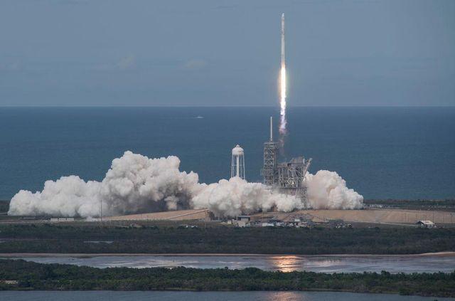 Space X успешно запустила ракетоноситель со спутником: видео