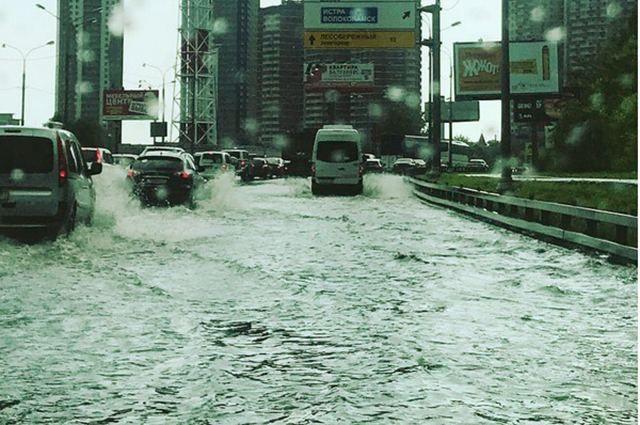 Москву штурмует мощнейший  ливень за последние почти сто лет: есть фото и видео