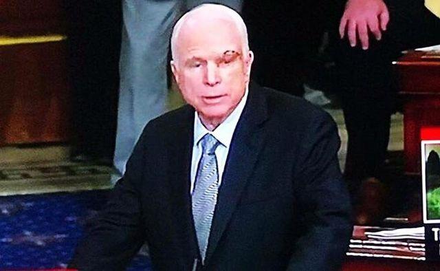 Соцсети в восторге от Маккейна: ни Феофаний, ни колясок
