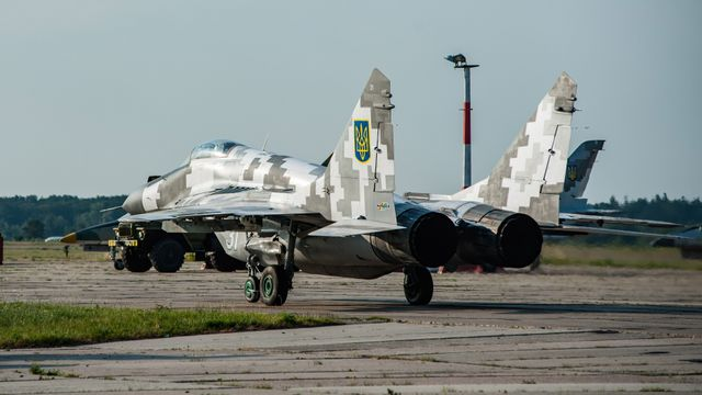 Тренировка украинских пилотов: в небо над Киевом подняли десяток истребителей
