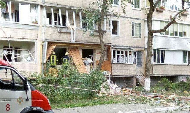 В жилом доме в Киеве прогремел взрыв: появились первые фото