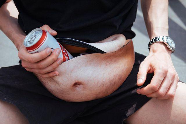 В сети сходят с ума из-за сумки в форме пивного живота: курьезные фото