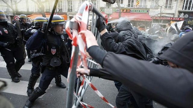 Париж захлестнула волна протестов: французы забросали камнями полицейских