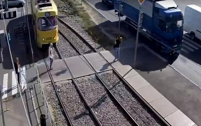 Девушка из -за гаджета попала под трамвай в Харькове: видео 18+