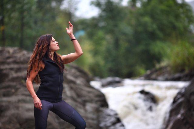 Руслана опубликовала впечатляющие кадры с фотосессии в Карпатах