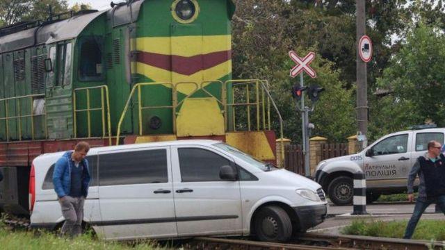 Поезд не разминулся с микроавтобусом в Луцке: появились фото и видео