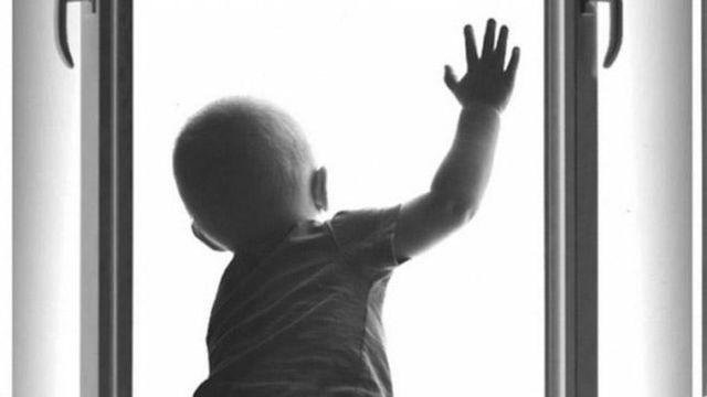 В Сумах из окна многоэтажки выпал полуторагодовалый ребенок