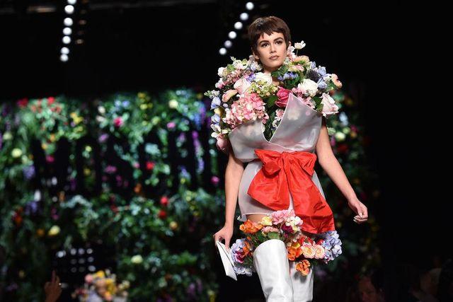 Дочь Синди Кроуфорд вышла на показ в «букете цветов»: яркие фото