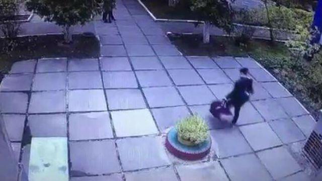 В сети распространили видео похищения младенца в Киеве