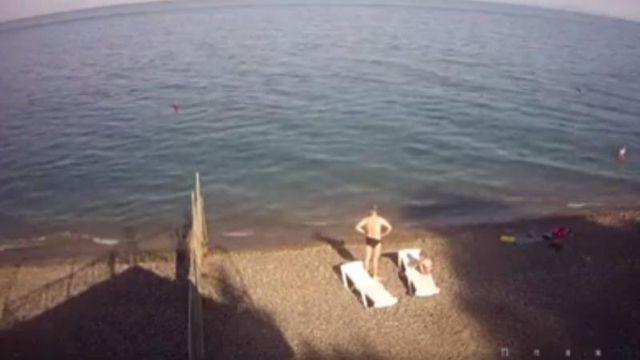 Правозахисник Сергій Наумович у своєму Facebook поділився відео з камер  відеоспостережння з порожніми кримськими пляжами. f9641b480de0f