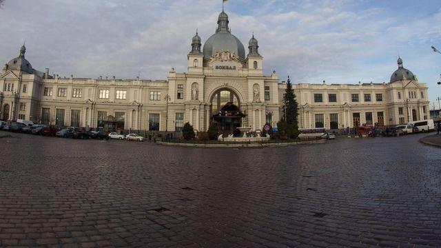 Увечері 15 липня у Львові невідомий з мобільного повідомив поліцію про замінування  центрального залізничного вокзалу 3aeff46241150