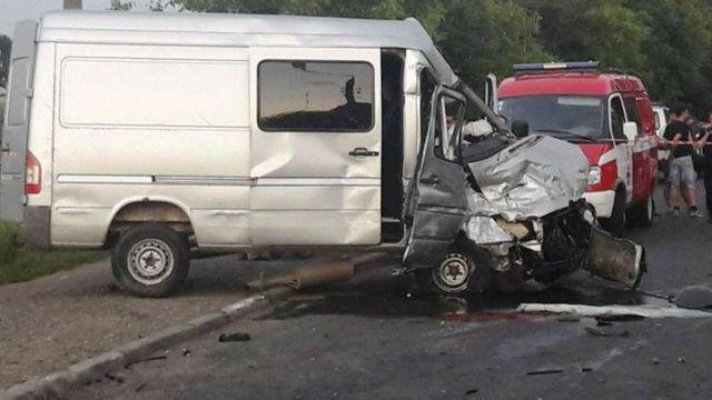 Мікроавтобус зіткнувся з туристичною маршруткою в Чернівцях  з явились фото  (1.08 17) 8424367a5aaaf
